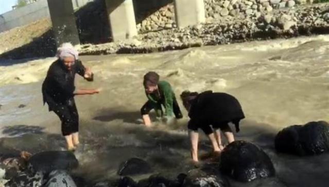 Edinilen bilgiye göre, lise öğrencisi Elif Yılmaz ve Hatun Barca dere kenarında arkadaşları ile oynamaya başladı. Şakalaşan arkadaşlar dengelerini kaybedip suya duştu. Sudan çıkamayan iki kızı fark eden arkadaşları yardım istedi.