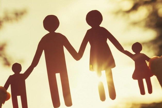 Tüm bunlar ataerkil aile sisteminin temelden sarsılmasına ve boşanma oranının doğru orantılı artışına neden oluyor. Öyle ki, modernleşme sürecinin başlangıcının kültürel yapıyı etkileyerek aile ilişkilerinde zayıflama dönemini doğurduğunu görüyoruz. Hem kadının hem erkeğin çalışmak zorunda kaldığı bir devrin kapılarının açılmasıyla artan boşanmalar ve tek ebeveynli çocuklar kadar, aile yapılarında oluşan çatlaklar, korkular ve dengesizlikler evlilik hayatının değişmesi anlamına geliyor.