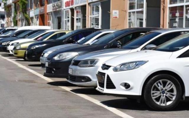 Resmi Gazete'de yayınlanan Özel Tüketim Vergisi ( ÖTV) matrahında yapılan düzenlemesiyle sıfır araçlarda 60 bin TL'ye varan indirim otomobil alıcısını cezbetmeye devam ediyor. ÖTV indirimi sonrasında galerilerdeki araçlar hızla tükenirken, otomobil alacaklar düşük yakıt tüketimli sıfır araçları merak eder oldu.