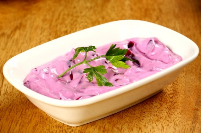 Yoğurt ve turp- İçerdiği asit maddeler başka bir asit madde ile aynı ortamda bulunduğunda zehirlenme etkisi yapabiliyor. Turpta içerdiği asitli ve gazlı maddeler yüzünden yoğurtla beraber tüketildiğinde mide de yanma gibi rahatsızlığa neden olur. Ayrıca taze olmayan balıkla da yoğurt ya da süt ürünü tüketilmemelidir. Çünkü taze olmayan balıktaki vitaminler yoğurdun asidi ile birleşince zehirlenme etkisi yapar.