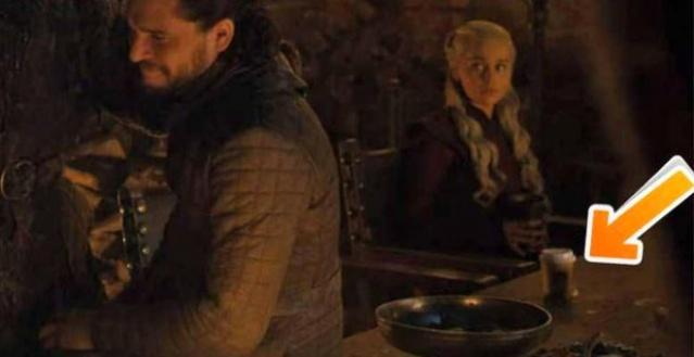 Milyonlarca izleyiciyi ekrana kilitleyen Game Of Thrones'ta yapılan hata sosyal medyayı salladı. Film setinde unutulan kahve bardağı seyircilerin dikkatinden kaçmadı. Çoğu kullanıcı Starbucks bardağını reklam amaçlı bıraktığını kimi ise yanlışlıkla unutulduğunu savundu. Yaşanan bu olay, kısa süre içerisinde viral haline geldi.
