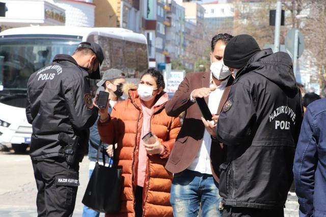 Samsun 100 bin nüfusa denk gelen corona virüs vaka sayısında 508,97 ile ilk sırada. Kentte denetimler ciddi anlamda yoğunlaştırıldı. Ankara ve İstanbul'dan kente gönderilen takviye polis ekipleri de denetimlere katılıyor.