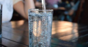 1 bardak maden suyunun 10 faydası