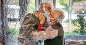 İtalya'da bir bakımevi koronavirüse karşı 'sarılma odası' oluşturdu