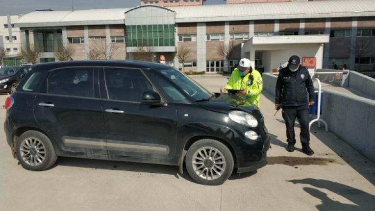 Ehliyetsiz sürücü hastane duvarına çarptı