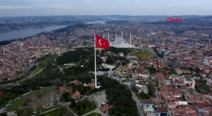 Erdoğan 'Dünyanın en büyük Türk bayrağını' göndere çekti