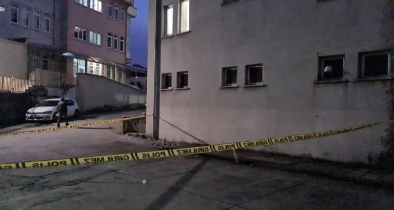 Hastane tuvaletinin camından atlayarak kaçmak isteyen hırsızlık zanlısı ağır yaralandı