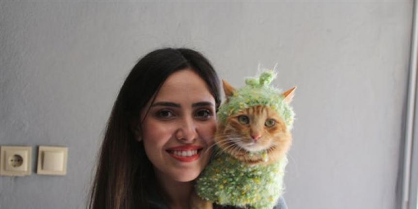 Özge Ebe, Kedisini Her Yerde Omzunda Gezdiriyor