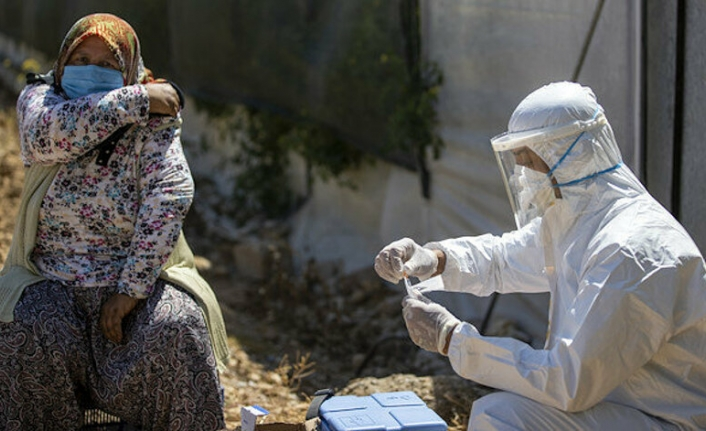 Aşı olmak istemeyen kadının inadını sağlık ekipleri çalıştığı serada kırdı