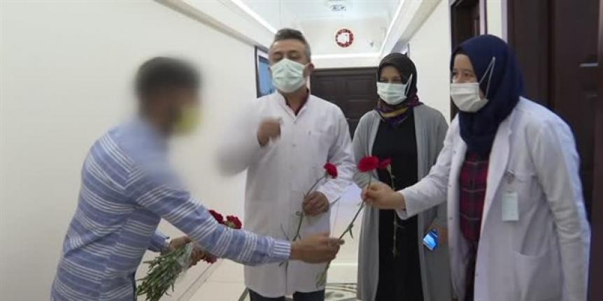 Doktoru af etti, sağlıkçılara karanfil dağıtarak cezadan kurtuldu