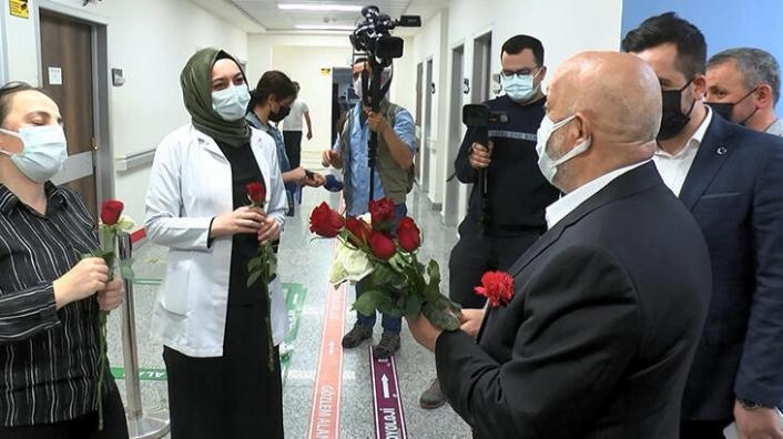 HAK-İŞ genel başkanından, sağlık çalışanlarına karanfil