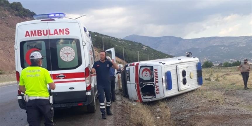 Hasta taşıyan ambulans devrildi: 4 yaralı