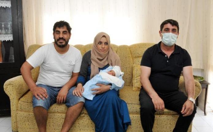 Hastane yolunda doğum yaptı! Doktor göbek kordonunu takside kesti
