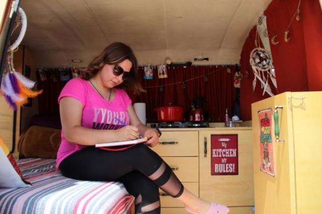 Hemşire iki hayalini birleştirdi, evi karavanı oldu