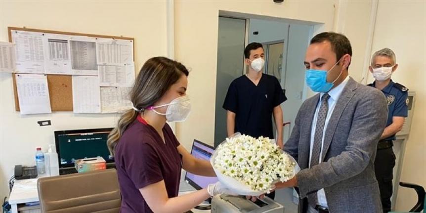 Kaymakamdan hastanın hakaretine uğrayan hemşireye çiçek