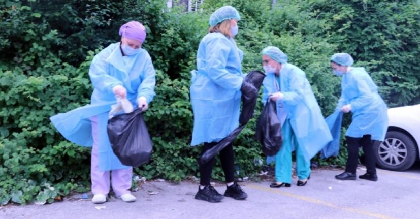 Sağlıkçılar sokağa atılan maskeleri topladı