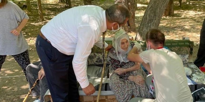 101 yaşındaki nine aşı olmak isteyince il sağlık müdürü kapısına gitti