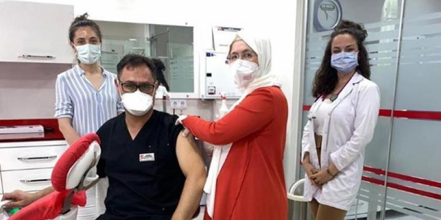 Hemşireden, diş hekimi eşine 'yerinde aşı'