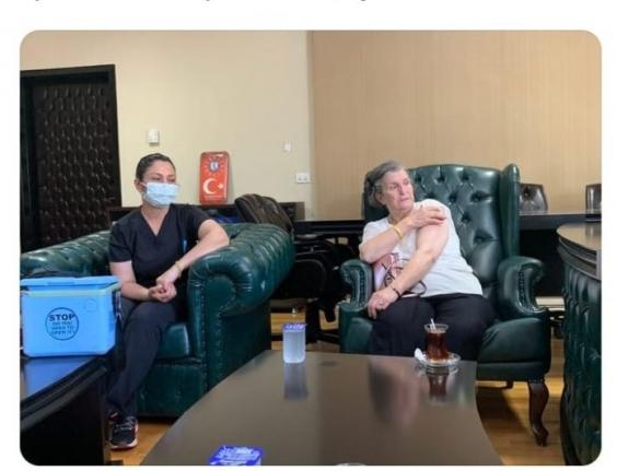 TV Sunucusunun Annesi Başhekim Odasından Aşı Oldu