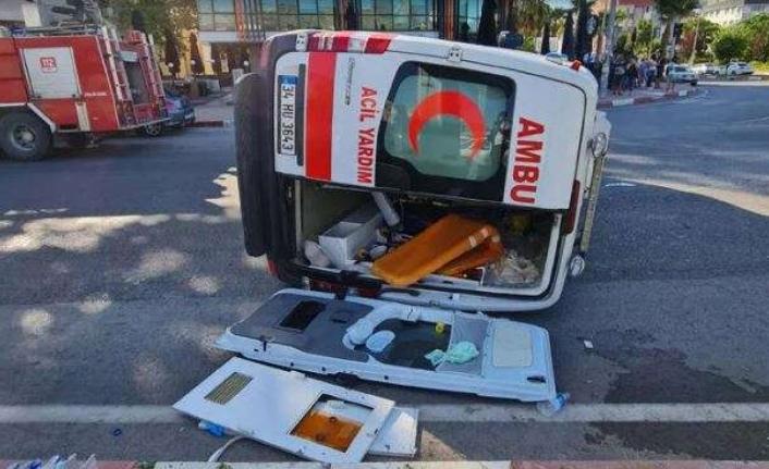 Otomobilin çarptığı ambulans devrildi! 3 turist yaralı...