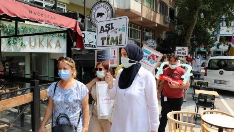 Sağlık çalışanları aşı farkındalığını artırmak için sokağa çıktı