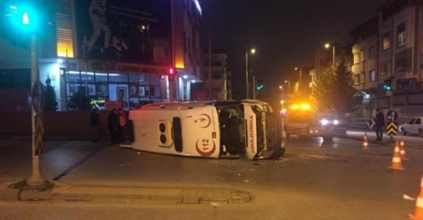 Ambulans ve otomobil çarpıştı: 3 yaralı