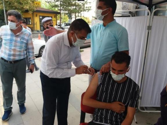 İl Sağlık Müdürü vatandaşları ikna edip aşılarını yaptı