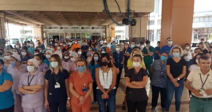 İzinleri iptal edilen sağlıkçılardan 'sessiz duruş' eylemi