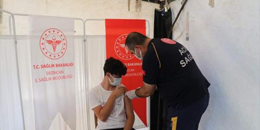 Sağlık müdürü, 16 yaşındaki oğluna aşı yaparak gençlere çağırı yaptı