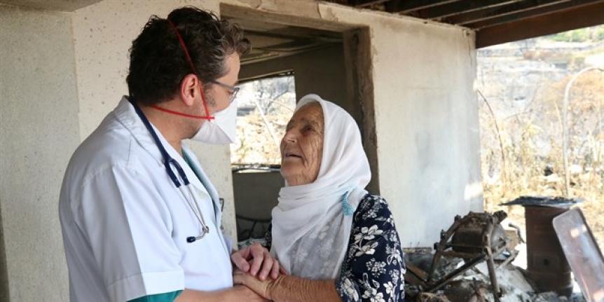 Sağlık personeli yangından etkilenenleri yalnız bırakmıyor
