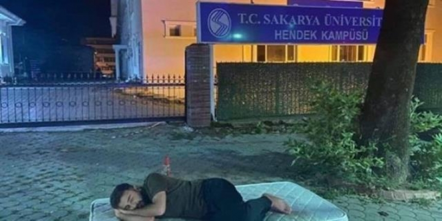 Ev kiralarına tepki için üniversite kapısına yatak koyup yattılar