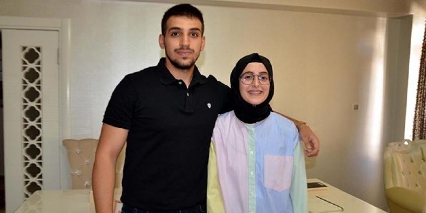 Tıp fakültesini kazanan iki kardeş ailenin gururu oldu