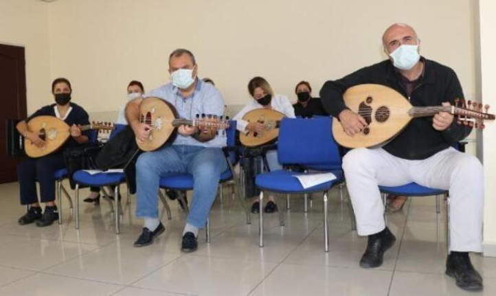 Pandemi servisinde görevli sağlık çalışanları, ut ile stres atıyor