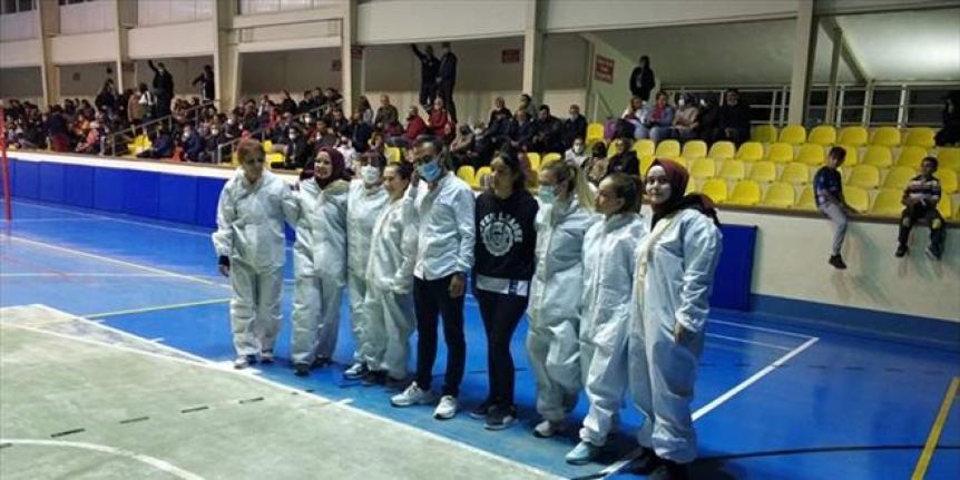 Sağlıkçılar voleybol turnuvasında sahaya filyasyon kıyafeti ile çıktı