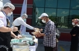 Devlet Hastanesi'nde aşı kuyruğuna girenlere çorba ikramı