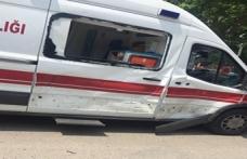 Ambulansa motosiklet çarptı.;Kazada 1'i ağır 2 kişi yaralandı