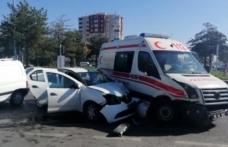 Otomobil ambulansa çarptı: 6 yaralı
