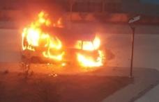 Hastane bahçesindeki minibüste yangın çıktı