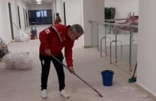Hastane müdürü temizlik çalışmalarına katıldı