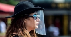 Sokaklarda ilginç maske manzaraları