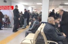 Hasta muayenesi koridorda yapılıyor