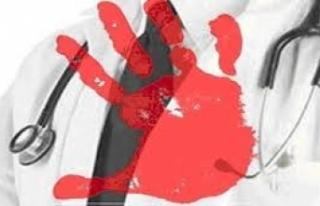 Acil doktoruna hasta yakınları saldırdı