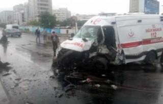 Ambulans kaza yaptı:3 yaralı