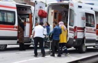 Ambulansla hafif ticari araç çarpıştı: 6 yaralı