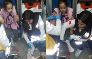112 çalışanı, yalın ayaklı çocuğa kendi çorabını...