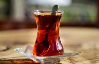 Gülerken içtiği 'bir yudum çay' hastanelik...