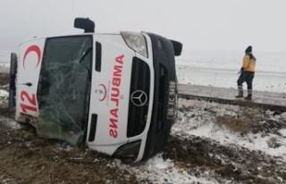 Ankara'da hasta taşıyan ambulans devrildi: 5 yaralı