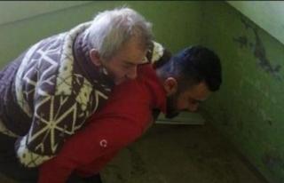 UMKE personeli felçli hastayı sırtında taşıdı