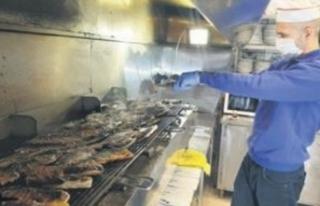 Sağlıkçılara iftar için balık jesti