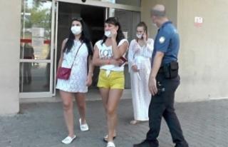 """""""Maske takın"""" diyen hemşireye turist kadınlar..."""